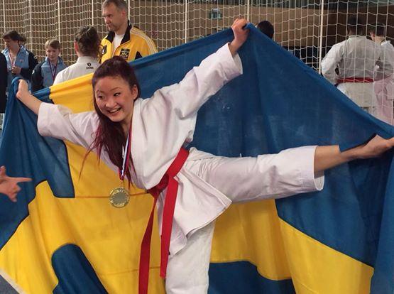 For Michael var det ekstra hyggelig at ei av hans egne utøvere, Linn, fra Huddinge Karateklubb, Sverige vant klassen for Kata Damer Senior. (Foto: Jane Schörling)